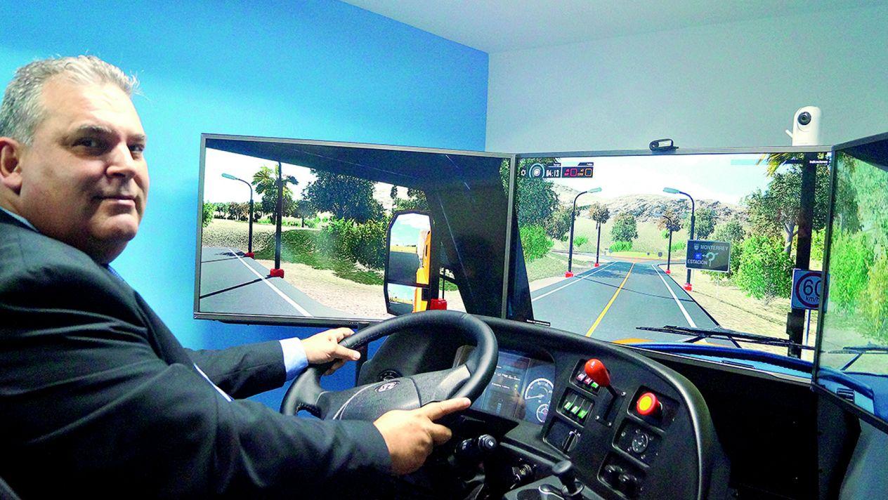 director-general-de-transporte-jaguar-eduardo-willis-a-los-mandos-del-simulador-de-vehiculos-pesados-simestruck-gold